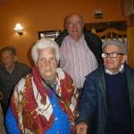 Aguedito, el vecino de más edad de Zarzalejo, junto a su esposa y el presidente de la Asociación.