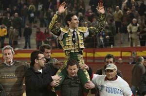 Fernando Cruz a hombros en Valdemorillo_red