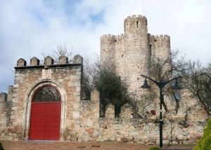 Castillo de la Coracera con la puerta de acceso rehabilitada