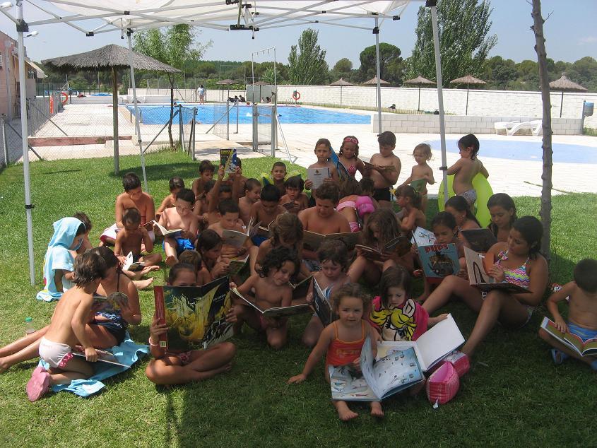 M s de 50 ni os en los campamentos de verano de aldea del for Piscina bebes madrid