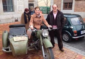 La alcaldesa a lomos de una moto con sidecar