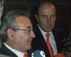 El fotógrafo Manuel Hernández de León y el alcalde de Cebreros atendiendo a los medios.