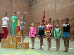 Pódium de la categoría alevín: 1, 4ºy 6º puesto gimnastas locales