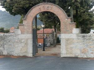 Puerta de entrada al cementerio de Cenicientos