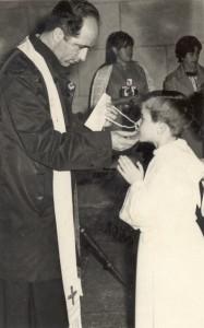 Don Julián dando la comunión en 1968