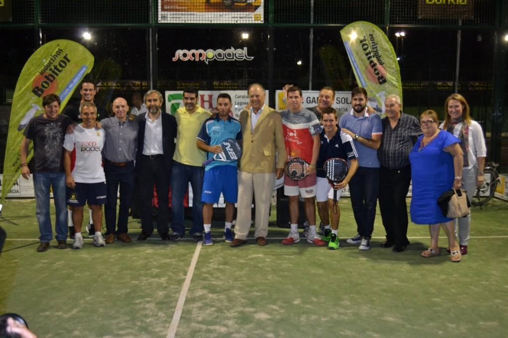 Los ganadores junto a las personlidades asistentes y miembros de la organización.