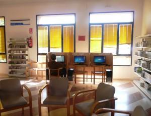 Imagen de los puestos de acceso a Internet gratuitos de la Biblioteca municipal.