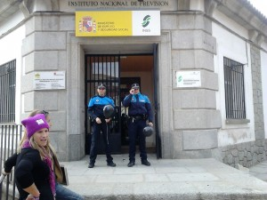 La Policía Local de San Martín también contribuiyó explotando un globo negro contra el maltrato.