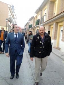 A la izquierda, Jaime González Taboada y a su ladro Pedro Dorado, alcalde de Villamanta.