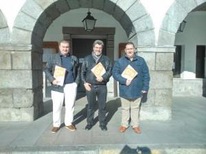 Pedro Cabrero, Alberto Becerril y Marco Antonio Serrano, a las puertas del Ayuntamiento de El Tiemblo.