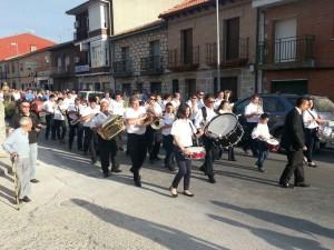 """Banda de Música """"La Lira"""" durante el pasacalles de San Isidro 2014."""
