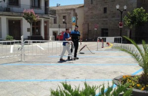 El concejal de Movilidad, Félix González, junto con el cabo de la Policía supervisan la nueva ordenación del aparcamiento en la Plaza Real.