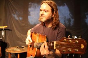 Javier Bermejo acompañó a Oñate con su guitarra.