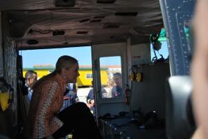 Cristina Cifuentes subiendo al interior de un helicóptero.