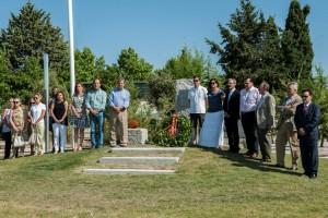 Autoridades y vecinos junto al monolito en honor a las víctimas del terrorismo.
