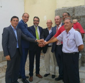 Los alcaldes de los siete municipios celebran el acuerdo.