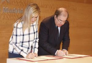 La presidenta de la Comunidad de Madrid, Cristina Cifuentes, suscribe un convenio con el presidente de Castilla y León, Juan Vicente Herrera.