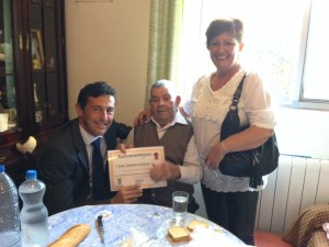 Juan Jiménez posa con su diploma.