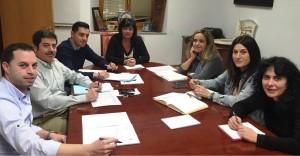 La alcaldesa, María Luz Lastras, dirige una reunión de trabajo junto a los miembros de su equipo de Gobierno.