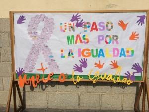 Los niños del colegio Moreno Espinosa realizaron murales por la igualdad. Este, en la puerta del Ayuntamiento, es uno de ellos.