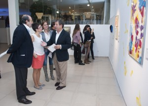 El alcalde visitando la exposición junto a la coordinadora de artistas María Saez y los concejales.