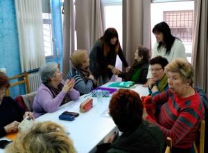 La alcaldesa, María Luz Lastras y la concejala de Bienestar Social, Alexandra de Luis, con alumnas del Taller de Memoria que se imparte en el Hogar todos los martes.