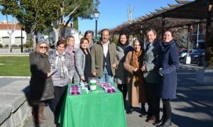 El alcalde y concejales junto a miembros de la Delegación Local de la AECC.