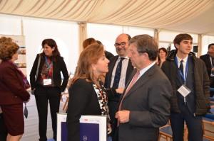 El alcalde, Luis Partida, conversando con Nieves Segovia, presidenta de la Institución Educativa SEK.