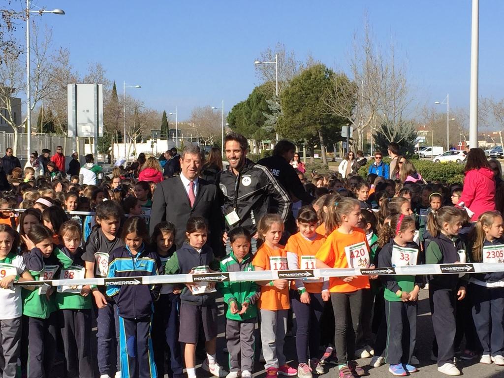El alcalde, Luis Partida junto al embajador de este año, Roberto Leal, presentador de España Directo de TVE, dando la salida.