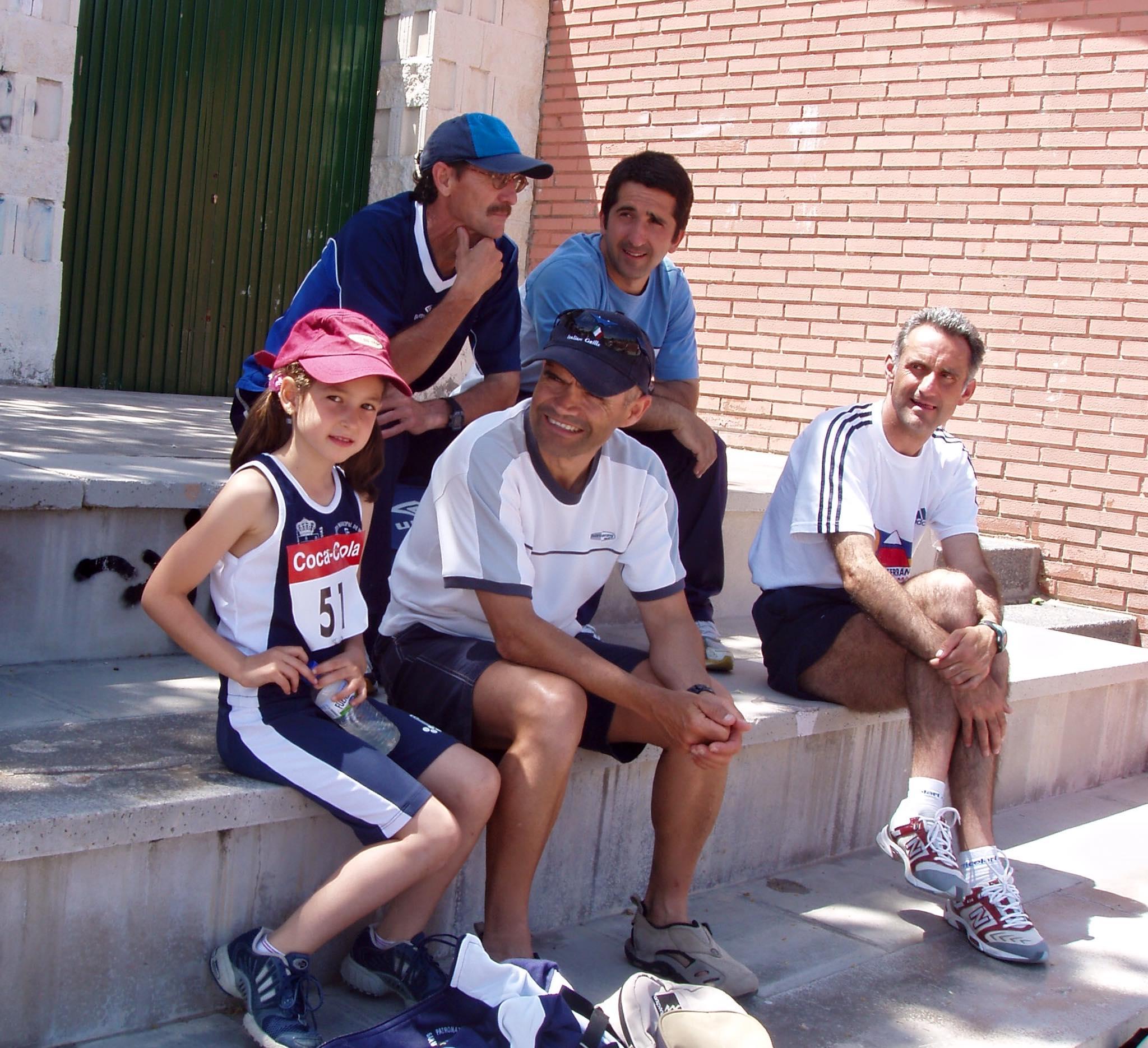 Manzano, arriba a la derecha, junto al os que fueron sus compañeros en el Club de Atletismo.