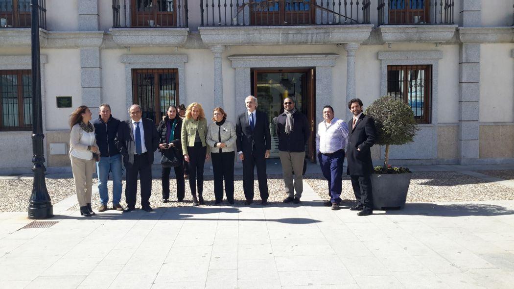 Los alcaldes de los pueblos vecinos a las puertas del Ayuntamiento de Colmenar del Arroyo.