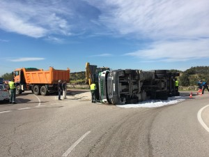 Accidente camión en rotonda Valdemorillo (7)