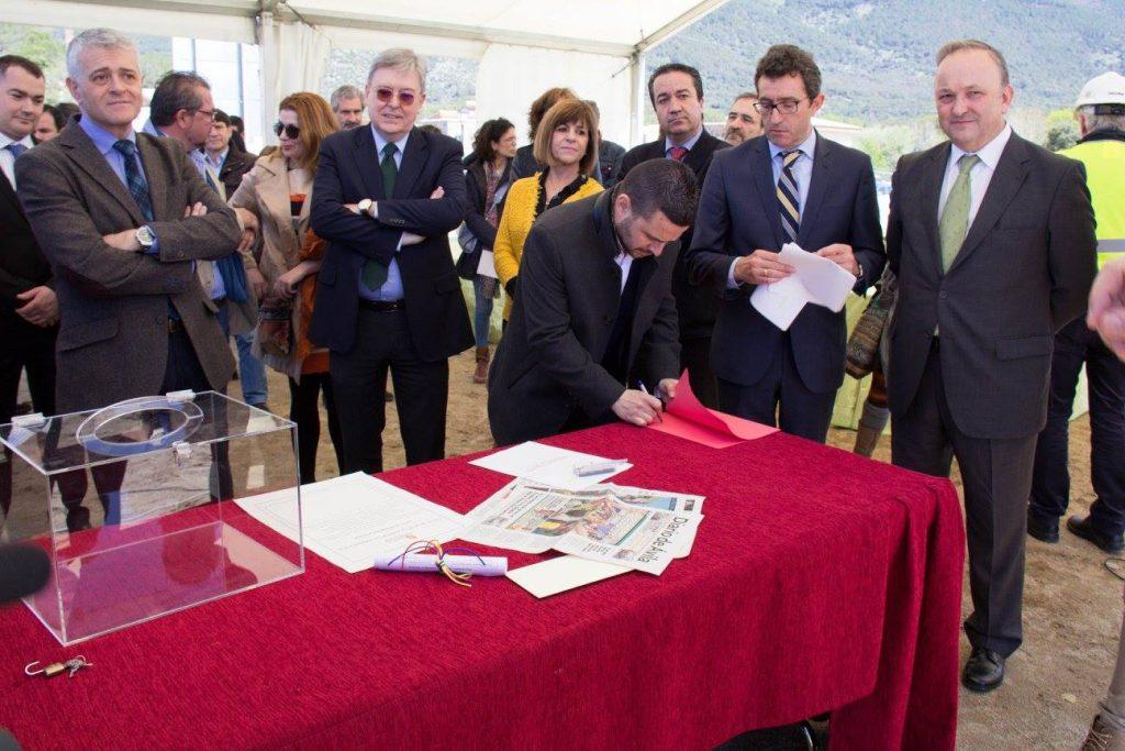 El alcalde de la Adrada estampando su firma.