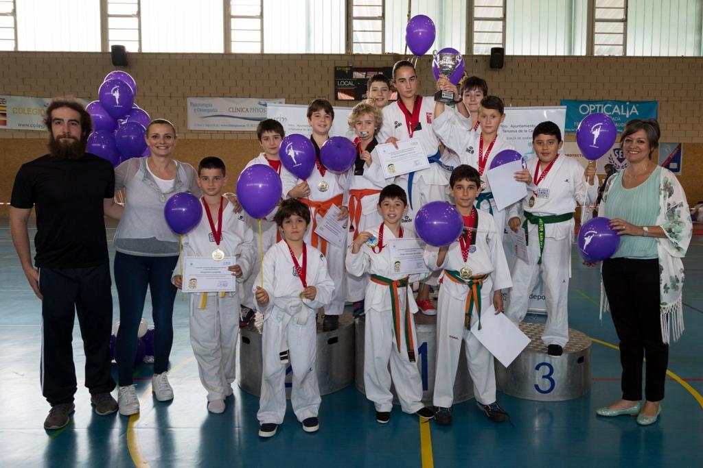 Integrantes del Club de Taekwondo villanovense junto a la concejala de Deportes y Coral Bistuer.