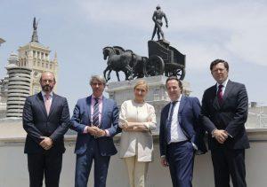 El Consejo de Gobierno de la Comunidad de Madrid ha tenido lugar hoy en la sede de la Consejería de Medio Ambiente, Administración Local y Ordenación del Territorio. Se trata del edificio conocido como las cuadrigas, de 1919, que fue sede del Banco de Bilbao.