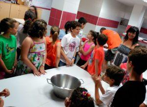 La alcaldesa, María Luz Lastras, junto con la concejala de Educación, Sonia Lechuga han estado esta mañana con los niños y niñas en el primer día del taller.