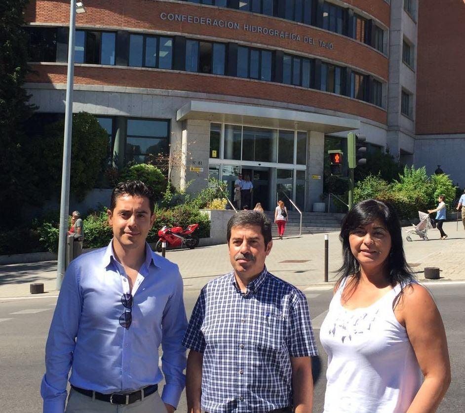 Luis Haro, Félix González y María Luz Lastras junto a la sede de la Confederación Hidrográfica del Tajo.