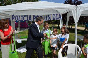 Entrega de premios a las ganadoras del concurso de pintura de Policía por un día.