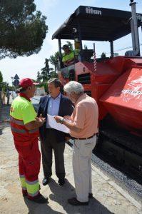 El alcalde y un técnico municipal junto a uno de los operarios.
