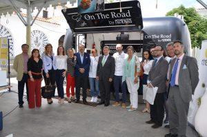 Autoridades junto al chef ejecutivo y la directora general de Mimentos.