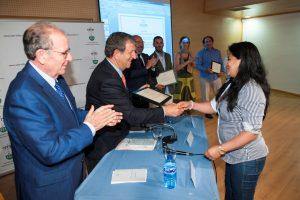 Empresarios participantes en la guía recibiendo una reproducción del diploma de Capital Gastronomía Saludable