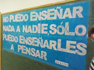 Un gran póster que, junto con la ´línea del Tiempo´, decora los pasillos.