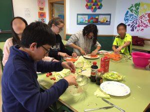 Alumnos en el 'Taller de cocina' después de la jornada escolar.