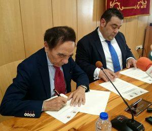 Presidente de la UAX y Alcalde de Navas del Rey en la firma del convenio