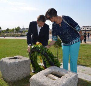 El alcalde, Luis Partida, y la concejala de Educación, Rosa García, depositando la corona de laurel en el monumento a las Víctimas del Terrorismo.