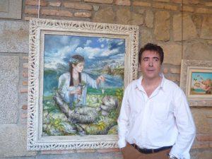El autor junto a una de sus obras.